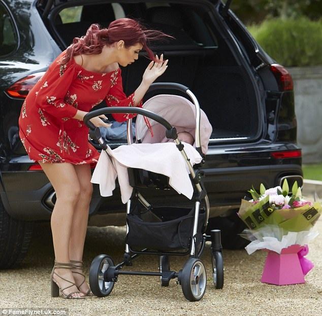 Amy nói thêm, việc sinh nở khó khăn khiến cô rất đau đớn và sợ hãi nhưng cô vẫn cố gắng để sớm lấy lại hình ảnh đẹp trước mắt khán giả hâm mộ.