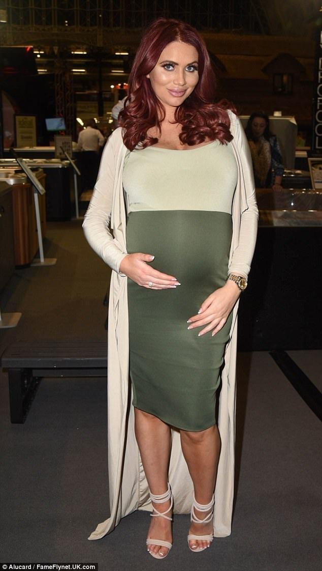 Amy Childs khi mang bầu. Người đẹp nói, cuộc sống của cô thay đổi 1 cách tuyệt vời từ khi con gái chào đời.