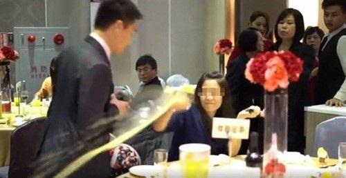 """Bị phát hiện """"ăn chùa"""" đám cưới, gái trẻ xấu hổ đập phá cả tiệc cưới - 2"""