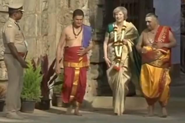 Thủ tướng Anh Theresa May mặc trang phục truyền thống của Ấn Độ trong chuyến thăm quốc gia châu Á này. (Ảnh: Dailymail)
