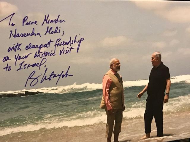 Thủ tướng Modi (trái) đăng bức ảnh do Thủ tướng Israel Benjamin Netanyahu gửi tặng cùng chữ ký lên Instagram nhân chuyến thăm của nhà lãnh đạo Ấn Độ tới Israel. (Ảnh: Instagram)