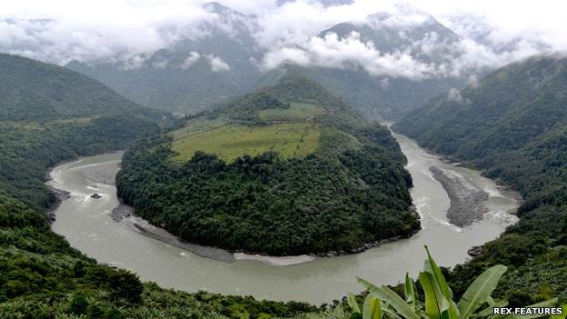 Khúc quanh sông Yarlung Zangbo chảy từ Trung Quốc vào vùng Arunachal Pradesh của Ấn Độ và trở thành sông Brahmaputra (Ảnh: Rex)
