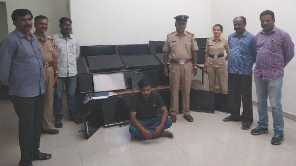 Vasudev Nanaiah (ngồi) bên cạnh số TV tang vật mà y đã lấy cắp từ các khách sạn