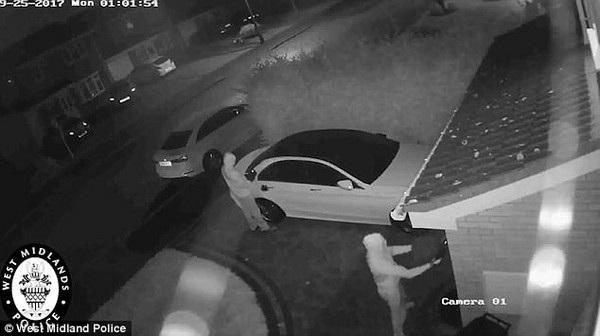 """Một tên trộm sử dụng """"thiết bị chuyển tiếp"""" để bắt sóng tín hiệu phát ra từ chìa khóa thông minh ở trong nhà và truyền sóng tín hiệu này đến tên trộm thứ 2 đang đứng gần xe"""