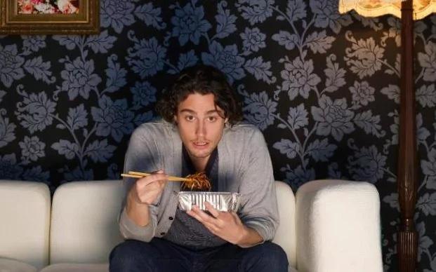 Vừa ăn vừa xem tivi có thể khiến mùi vị thức ăn trở nên kém ngon