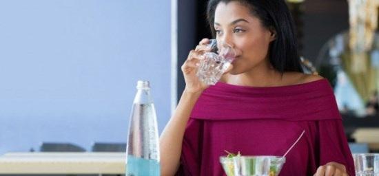 Tại sao không nên uống nước ngay sau khi ăn? - 1