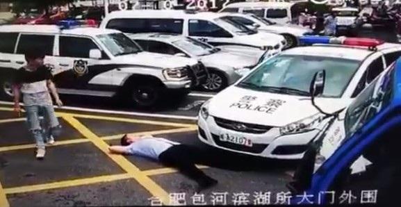 Người đàn ông giả vờ ngã lăn ra đường ngay khi chiếc xe cảnh sát vừa lăn bánh