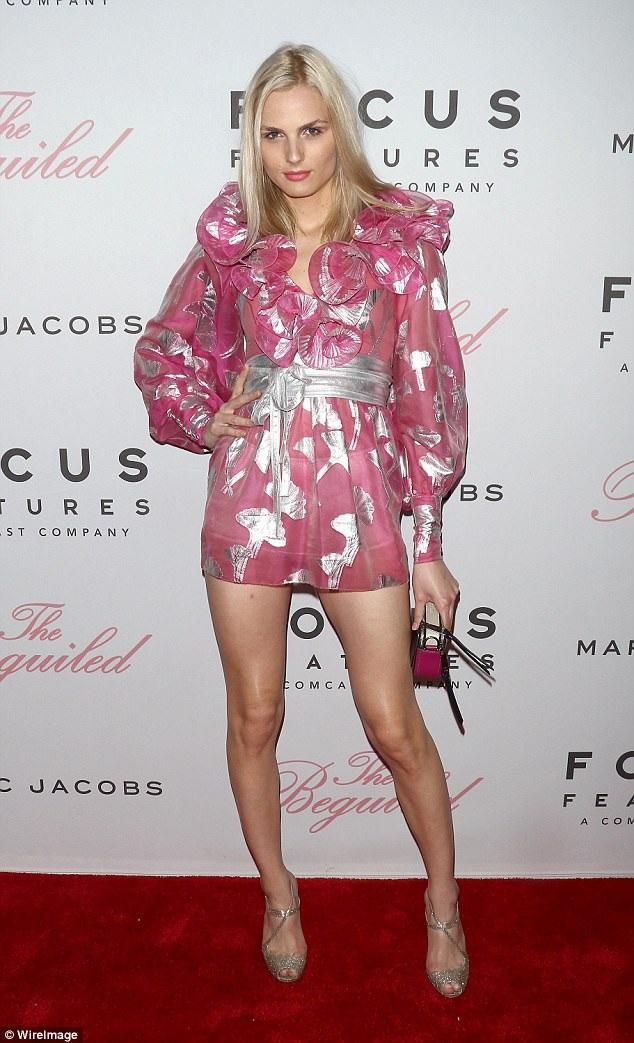 Người đẹp điệu đà trong bộ váy voan hồng kiểu dáng nữ tính và trẻ trung