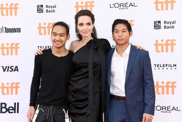 Cậu con nuôi gốc Việt của Angelina Jolie ngày càng trưởng thành và đã có thể hỗ trợ mẹ trong công việc