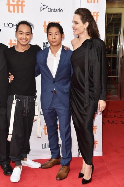 Angelina Jolie đã ly dị Brad Pitt gần 1 năm và mọi niềm vui của cô hiện tại nhờ vào 6 đứa con