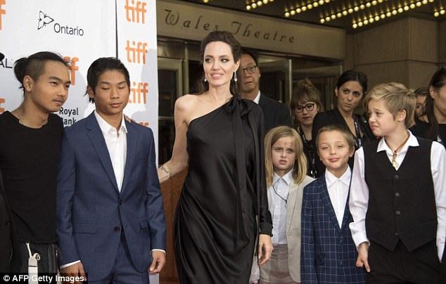 Angelina Jolie đưa cả 6 đứa con cùng tham dự sự kiện lớn này