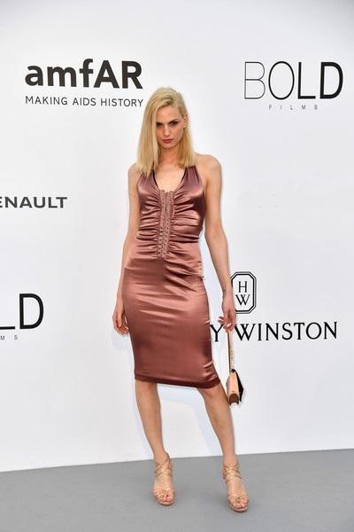 Người đẹp luôn cố gắng duy trì vòng eo từ 63-70 cm là tối đa, ngay cả khi cô chưa chuyển giới thì cô cũng cố gắng giữ thân hình thanh mảnh với số đo gọn gàng nhất có thể