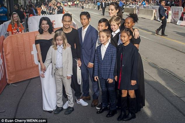 Pax Thiên cùng mẹ Jolie dự LHP Toronto - 9