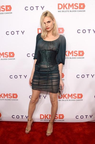 Andreja Pejic có nhiều đồ thời trang dành cho cả nam và nữ trong tủ đồ. Người đẹp cũng được mời trình diễn thời trang cho cả nam và nữ.