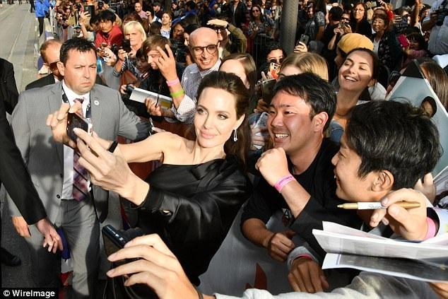 Jolie dành nhiều thời gian giao lưu và chụp hình cùng fans.
