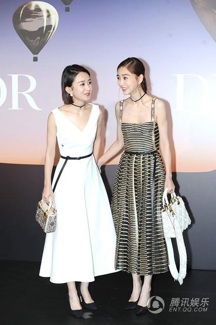 Angelababy thân thiết với Triệu Lệ Dĩnh, một khách mời khác của sự kiện. Hai cô gái xinh đẹp của làng giải trí Hoa ngữ tạo dáng và trò chuyện rất tự nhiên.