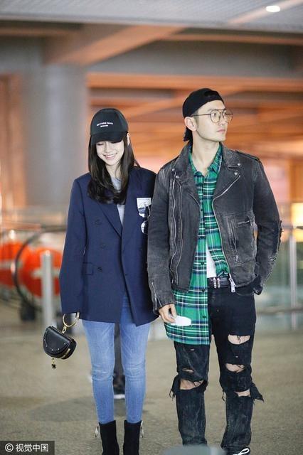 Angelababy và chồng sánh đôi tại sân bay Thượng Hải tháng 4.2017. Giai đoạn này nữ diễn viên nổi tiếng đã sinh con được gần 5 tháng. Cô nhanh chóng lấy lại phom dáng thon gọn, khiến tin đồn người đẹp nhờ người mang thai hộ càng bùng phát.