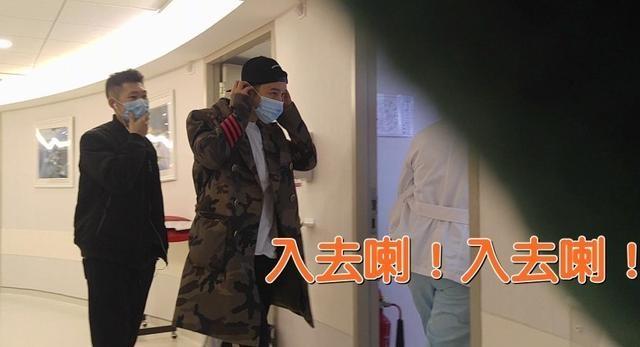 Nam diễn viên họ Huỳnh cẩn thận đeo khẩu trang khi vào phòng thăm vợ và con trai mới sinh.