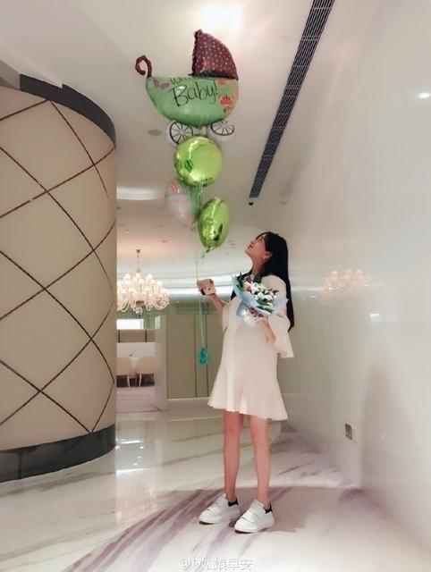 Nữ diễn viên Angelababy trong tiệc mừng con trai sắp chào đời. Tới cận ngày sinh, cô vẫn rất thanh mảnh và gọn gàng.