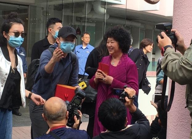 Mẹ của Huỳnh Hiểu Minh phát phong bao cho các phóng viên. Bà cho biết rất vui vì gia đình có thêm quý tử.