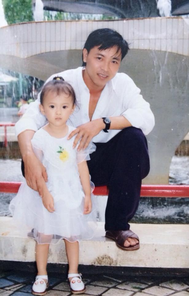 """Angela Phương Trinh chia sẻ ảnh thời còn bé bên cạnh ba mình. Cô hiếm khi nói về ba, nhưng với hình ảnh này cô khẳng định: """"Ba là người đàn ông con yêu nhất"""""""