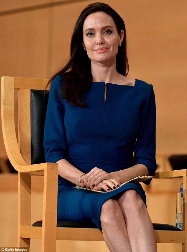 Trong khi Brad Pitt lủi thủi một mình, Angelina Jolie bận rộn với hoạt động chính trị của cô...