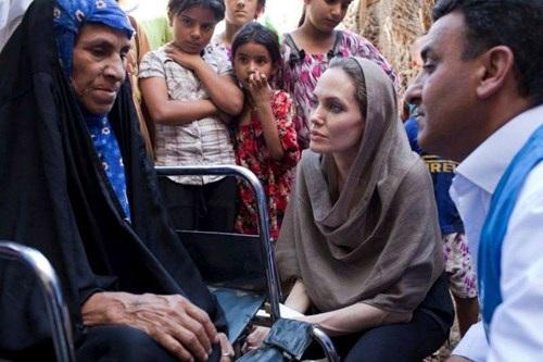 Jolie thăm hỏi một gia đình người Iraq ở Baghdad. (Ảnh: UNHCR/J. Tanner)