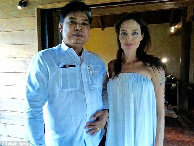 Nghệ sĩ xăm hình người Thái Lan đã thực hiện 3 hình trong tổng cộng 15 hình xăm cho Angelina Jolie.