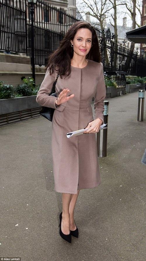 Trong buổi gặp gỡ này, Angelina đã trò chuyện về những kinh nghiệm của cô và trả lời các câu hỏi về công việc với vai trò là đặc phái viên của Liên Hợp Quốc.