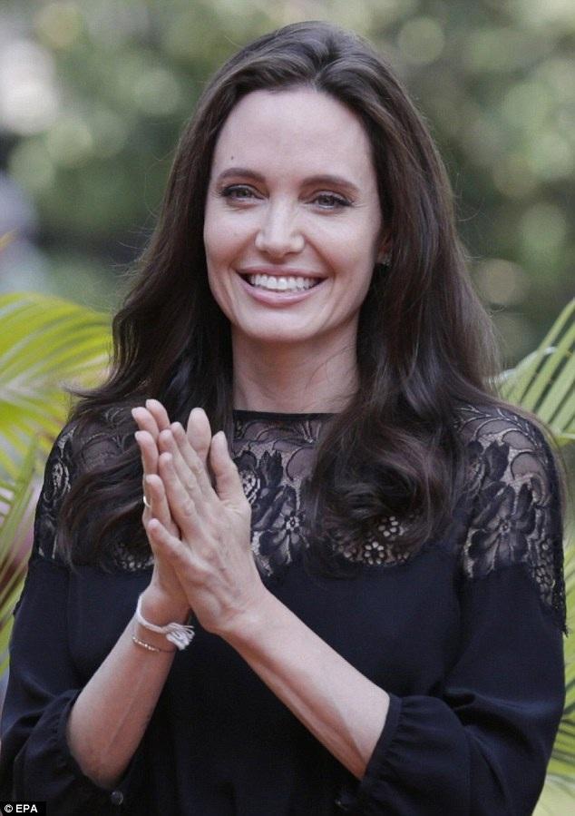 Angelina Jolie tới Siem Reap, Campuchia ngày 18/2 vừa qua để quảng bá phim mới của cô First They Killed My Father