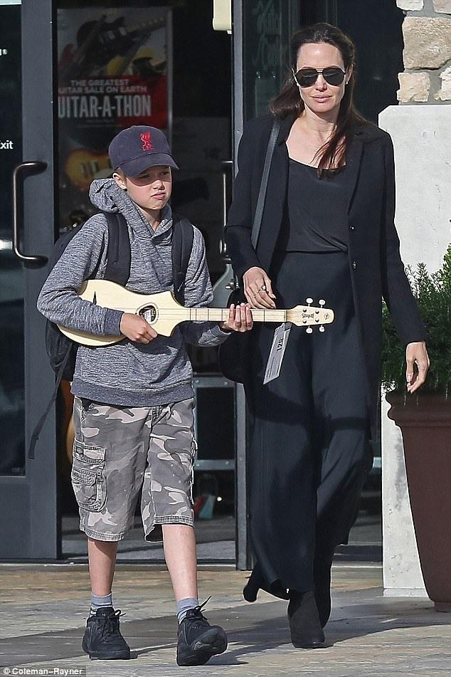 Angelina Jolie đưa con gái Shiloh đi mua sắm tại Los Angeles ngày 26/4 vừa qua