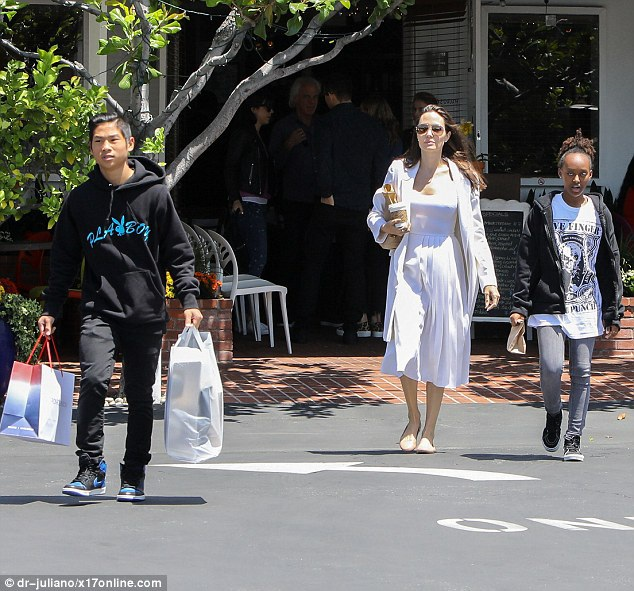 Angelina Jolie đưa hai con Pax Thiên và Zahara đi mua sắm ở Hollywood ngày 18/5 vừa qua