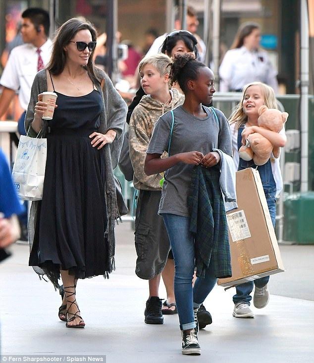 Angelina Jolie đưa các con: Shiloh, Zahara và Vivienne đi mua sắm tại Los Angeles ngày 19/7 vừa qua