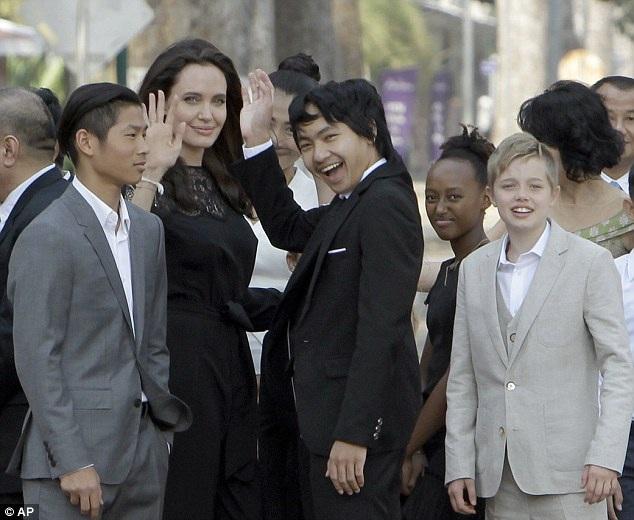 Nữ diễn viên 42 tuổi đưa cả 6 đứa con đi cùng trong chuyến đi này