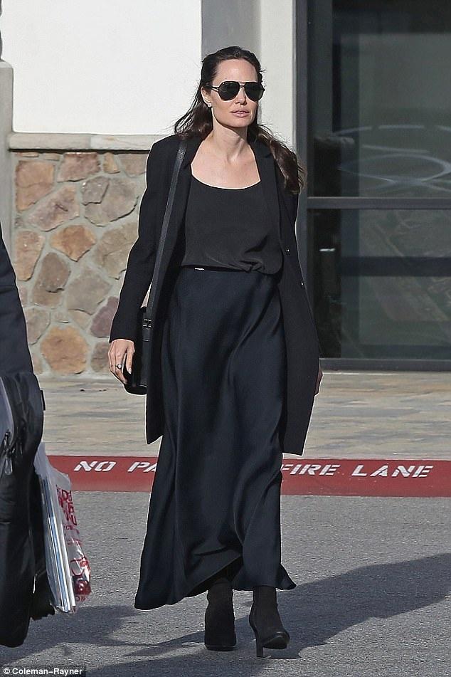 Ngôi sao phim Ông bà Smith diện bộ đồ đen đơn giản và kín đáo