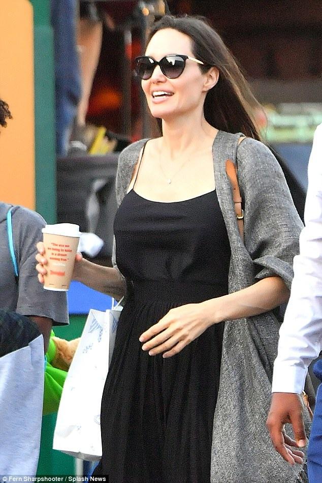 Nữ diễn viên 42 tuổi diện bộ váy đen thanh lịch và kín đáo