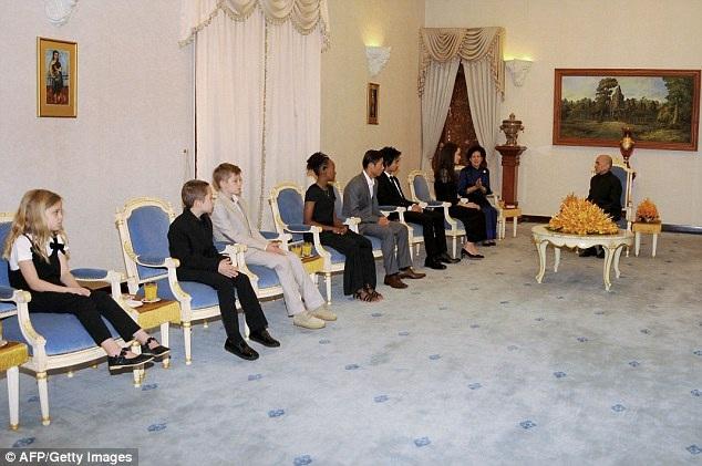 Jolie cùng các con vinh dự được diện kiến nhà vua Norodom Sihamoni