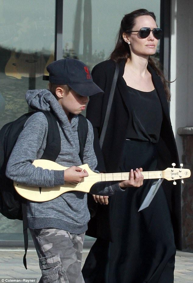 Shiloh, 10 tuổi hào hứng khi được mẹ tậu cho 1 cây đàn guitar