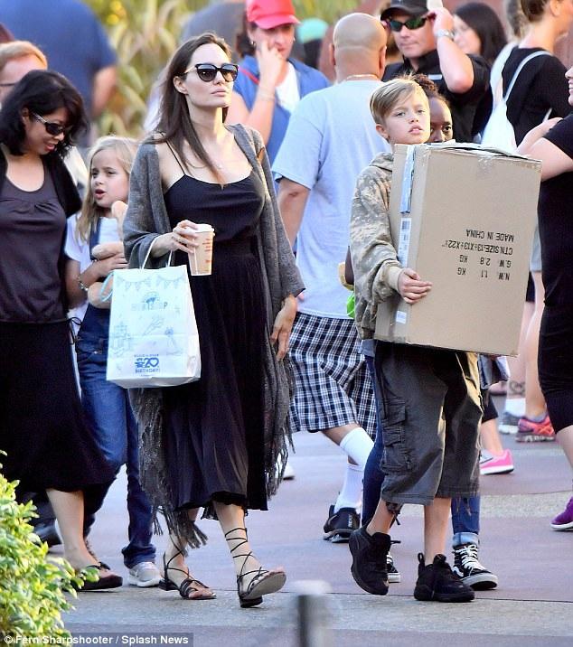 Bà mẹ đảm đang đưa các con đi mua đồ chơi, cách đây ít ngày cô đưa các con đi chơi công viên Disney