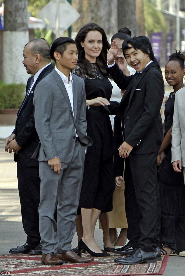 Angelina Jolie biết tới Campuchia khi cô tới đây đóng phim Bí mật ngôi mộ cổ
