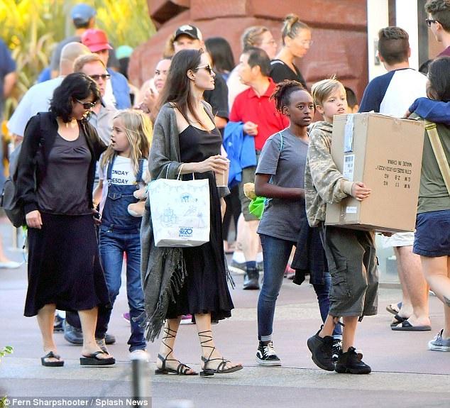 Angelina Jolie sống ổn định hơn từ sau khi chia tay Brad Pitt. Nữ diễn viên nổi tiếng được cho là đã mua nhà siêu sang để định cư cùng các con tại Los Angeles thay vì bay khắp thế giới như vài năm trước