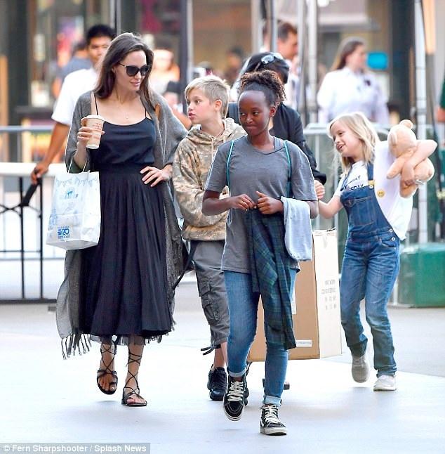 Angelina Jolie không đóng phim trong giai đoạn này mà dồn hết tâm sức cho sóc 6 đứa con nhỏ