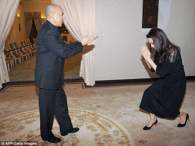 Angelina Jolie trân trọng cúi chào nhà vua Campuchia