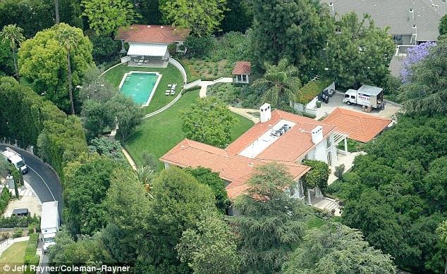Jolie mới tậu dinh thự 6 phòng ngủ, 10 phòng tắm trị giá 25 triệu đô tại Hollywood. Cô đang bắt tay vào việc sửa chữa căn biệt thự này trước khi dọn tới ở.