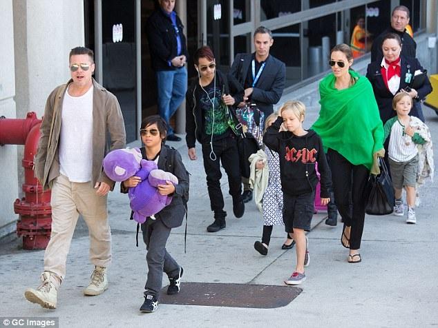 Mối quan hệ của Brad Pitt và các con cũng tốt hơn. Gần đây, các con cũng tới chơi với Brad Pitt trong ngày của Cha.