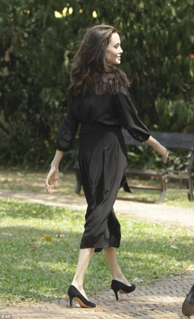 Nữ diễn viên 6 con đã chính thức quay trở lại với núi công việc bận rộn, 4 tháng sau khi chia tay chồng là Brad Pitt.