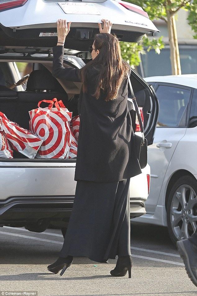 Nữ diễn viên nổi tiếng đang có ý định định cư lâu dài ở Los Angeles sau khi chia tay chồng là Brad Pitt vào cuối năm ngoái.