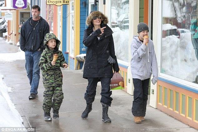 Nữ diễn viên 42 tuổi hạnh phúc bên các con trong kỳ nghỉ hồi tháng 1/2017.