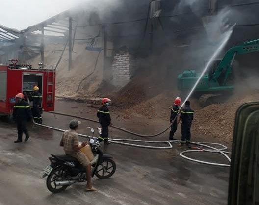 Lực lượng cảnh sát PCCC phun nước chữa cháy.