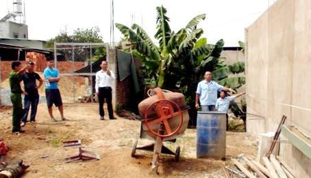 Lực lượng chức năng kiểm tra phần diện tích xây dựng lấn chiếm của hộ bà Trần Mỹ Lệ